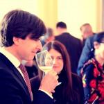 Velvyslanec USA Andrew Schapiro během ochutnávky kalifornských vín. Zdroj: usembassyprague