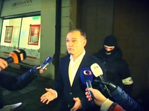 Ivan Langer poté, co jej příslušníci ÚOOZ eskortovali z pražského do olomouckého bytu. Repro: Čt24