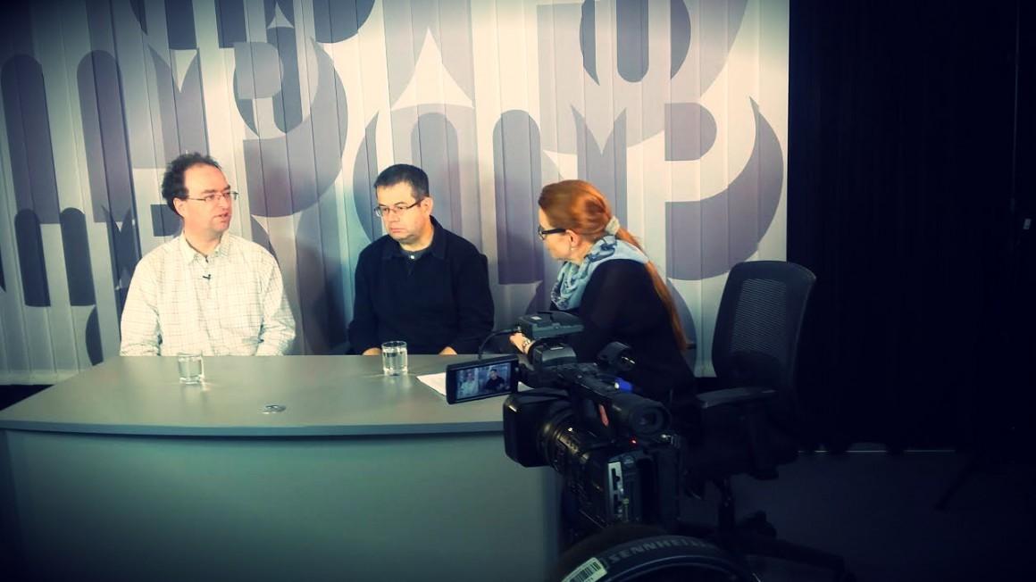 Zleva: Patrick Zandl, Petr Koubský a Sabina Slonková během natáčení. Foto: Neo