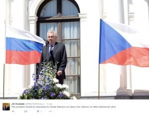Prezident na oslavách na ruské ambasádě. Zdroj fotografie: Twitter účet mluvčího Hradu.