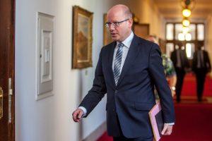 Premiér přichází. Foto: Radim Beznoska
