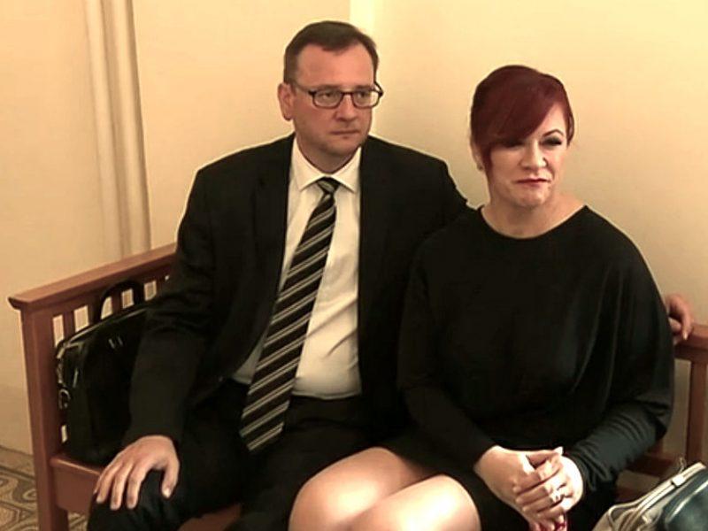 Petr Nečas s chotí Janou u soudu. Repro Čt24