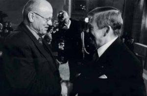 Miloš Rejchrt s Václavem Havlem během předávání státního vyznamenání. Foto: Archiv MR