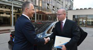Snímek ze srpna 2016, kdy premiér uvedl Michala Koudelku do funkce šéfa BIS. Foto: vlada.cz