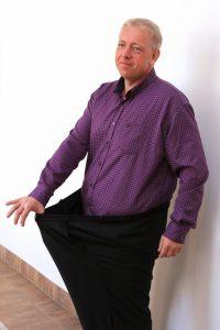 Milan Chovanec ukazuje, jak vypadá váhový úbytek o 40 kilogramů. Foto: hubnetesmilanem.cz