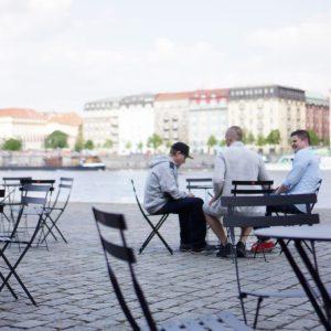 Jeden z drobných projektů, který pro Prahu připravili architekti z Hlaváčkova IPR, se jmenuje #prazskezidle. Od května do podzimu se na několika místech objevily židle a stolky, které vlastní město, ale stará se o ně lokální provozovatel. Inspirace pochází z New Yorku, Kodaně, Curychu či Stockholmu, kde podobná zastavení fungují už roky. Smyslem je oživit prostranství, kde se zatím nebylo možné delší dobu příjemně zdržet. Zdroj: IPR