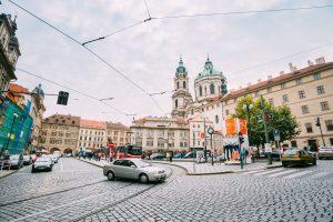 Malostranské náměstí ještě s parkovištěm. Foto: Grisha Bruev / Shutterstock.com