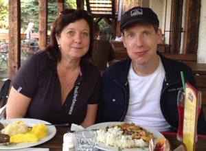 Stanislav Gross se svou sestrou Ivanou. Snímek poskytla redakci Neovlivní.cz právě Ivana Karetová.